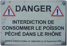 Panneau d'interdiction de la pêche dans le Rhône en raison du DDT