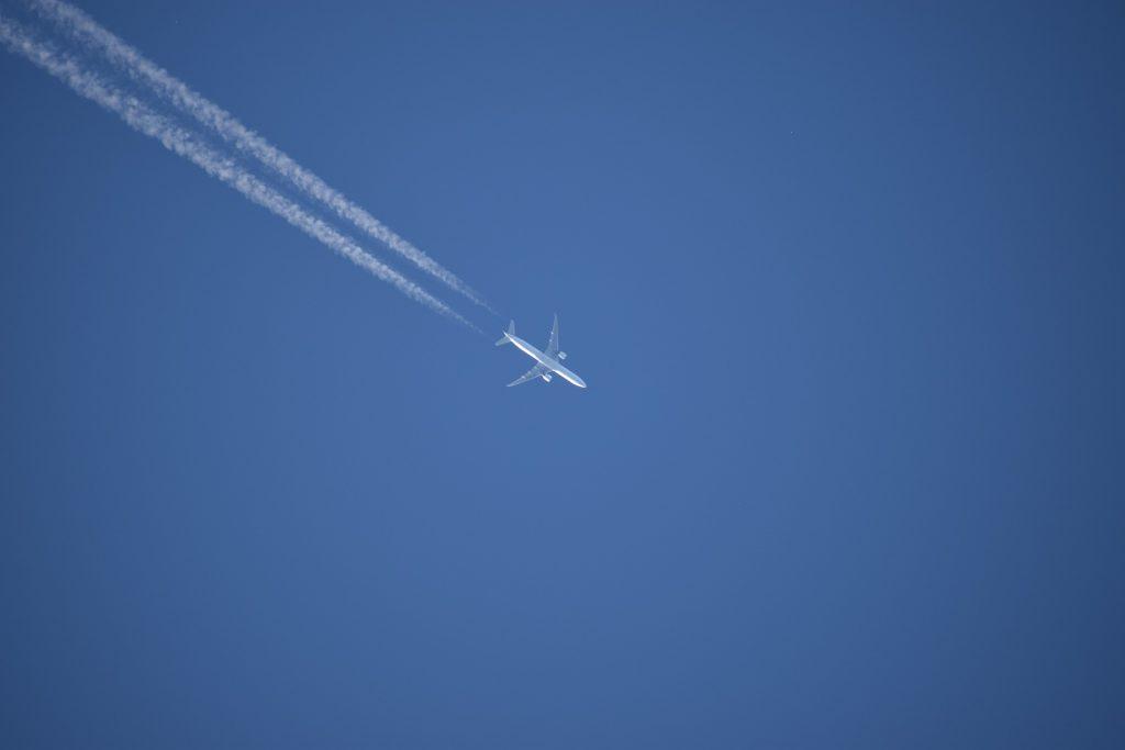 L'empreinte carbone des avions est également liée aux trainées blanches