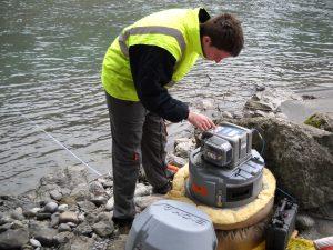 Evaluer les effets des polluants chimiques sur l'environnement - Prélèvement d'eau dans une rivière